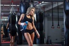 Jeune jolie femme de boxeur se tenant sur l'anneau photographie stock libre de droits