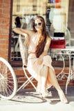Jeune jolie femme de brune après se reposer de achat au café dehors sur le sourire de rue Image stock