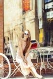 Jeune jolie femme de brune après se reposer de achat au café dehors sur le sourire de rue Photo libre de droits