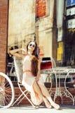 Jeune jolie femme de brune après se reposer de achat au café dehors sur le sourire de rue Images libres de droits
