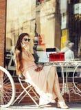 Jeune jolie femme de brune après se reposer de achat au café dehors sur le sourire de rue Photographie stock libre de droits