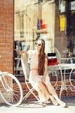 Jeune jolie femme de brune après se reposer de achat au café dehors sur le sourire de rue Photos stock