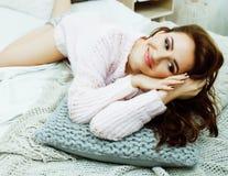 Jeune jolie femme de brune dans sa chambre à coucher se reposant à la fenêtre Li images libres de droits