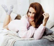 Jeune jolie femme de brune dans sa chambre à coucher se reposant à la fenêtre Li photo libre de droits