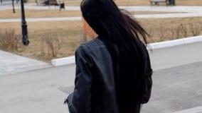 Jeune jolie femme de latino marchant pendant l'automne banque de vidéos