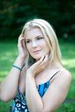 Jeune jolie femme de source avec le long cheveu sain Photographie stock