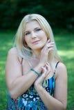Jeune jolie femme de source avec le long cheveu sain Image stock