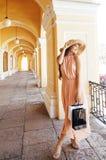 Jeune jolie femme de sourire dans le chapeau avec des sacs sur des achats au devanture de magasin, vrai concept de personnes de m Photographie stock