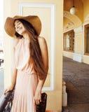 Jeune jolie femme de sourire dans le chapeau avec des sacs sur des achats au devanture de magasin, vrai concept de personnes de m Photo stock