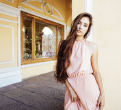 Jeune jolie femme de sourire dans le chapeau avec des sacs sur des achats au magasin Photo libre de droits