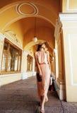 Jeune jolie femme de sourire dans le chapeau avec des sacs sur des achats au magasin Image libre de droits