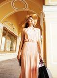 Jeune jolie femme de sourire dans le chapeau avec des sacs sur des achats au magasin Images libres de droits
