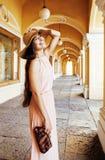 Jeune jolie femme de sourire dans le chapeau avec des sacs sur des achats au magasin Photos stock