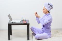 Jeune jolie femme en serviette de bain bleue sur la tête avec Photos libres de droits