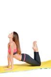 Jeune jolie femme faisant le yoga sur le tir de studio de tapis Photo libre de droits