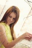 Jeune jolie femme intelligente posant avec une cage Images libres de droits