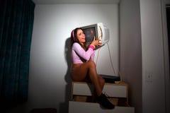Jeune jolie femme latine s'asseyant dans une chambre d'hôtel Images libres de droits
