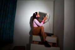 Jeune jolie femme latine s'asseyant dans une chambre d'hôtel Photos stock
