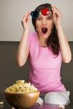 Jeune jolie femme observant le film 3d Image libre de droits