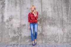 Jeune jolie femme parlant au téléphone portable tout en ayant une promenade dans un mobile futé de téléphone de smartphone de tél images libres de droits