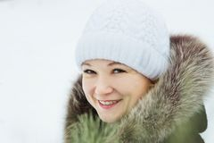 Jeune jolie femme riante avec les yeux verts en hiver dehors Image libre de droits