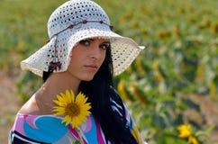 Jeune jolie femme sur le champ de floraison en été images libres de droits