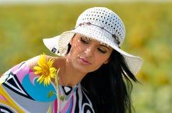 Jeune jolie femme sur le champ de floraison en été photographie stock
