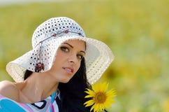 Jeune jolie femme sur le champ en été Image stock