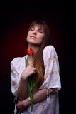 Jeune jolie femme tenant la tulipe rouge Images stock