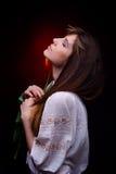 Jeune jolie femme tenant la tulipe rouge Photo libre de droits