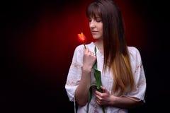 Jeune jolie femme tenant la tulipe rouge Photographie stock