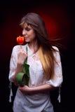 Jeune jolie femme tenant la tulipe rouge Photographie stock libre de droits