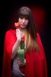 Jeune jolie femme tenant la tulipe rouge Photos stock