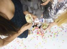 Jeune jolie femme trois ayant l'amusement et faisant le selfie Photo libre de droits
