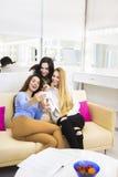 Jeune jolie femme trois ayant l'amusement et faisant le selfie Photo stock