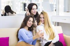 Jeune jolie femme trois ayant l'amusement et faisant le selfie Photos libres de droits