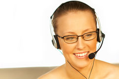 Jeune jolie femme utilisant un écouteur de téléphone Photo stock