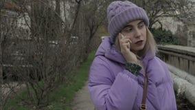 Jeune jolie fille avec le smartphone, extérieur clips vidéos