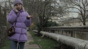 Jeune jolie fille avec le smartphone, extérieur banque de vidéos