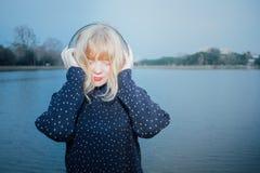 Jeune jolie fille ayant l'amusement écoutant la musique Photographie stock libre de droits