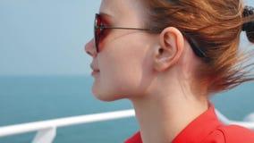 Jeune jolie fille détendant au bateau de luxe en vacances clips vidéos