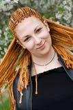 Jeune jolie fille de sourire avec les tresses africaines Photos libres de droits