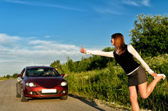 Jeune jolie fille faisant de l'auto-stop Photos stock