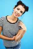 Jeune jolie fille moderne adolescente posant heureux ?motif sur le fond bleu, concept de personnes de mode de vie photographie stock libre de droits