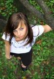 Jeune jolie fille sur l'herbe. Image stock