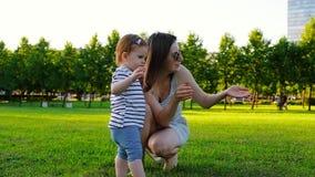 Jeune jolie mère avec sa petite fille riante mignonne de bébé banque de vidéos