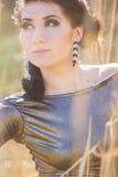 Jeune jolie pose de femme de brune extérieure Photos libres de droits