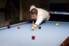 Jeune jouant le billard Photo stock