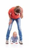 Jeune jouer caucasien de mère et de bébé garçon Images libres de droits