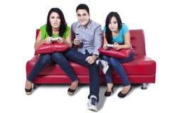 Jeune jouer d'amis jeux Image libre de droits
